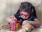 Фотография ребенка за игрой дома