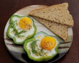 Как приготовить красивую яичницу